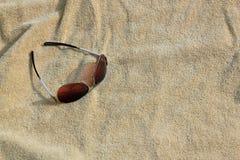 Hintergrundsonnenbrille auf einem Badetuch Lizenzfreies Stockbild