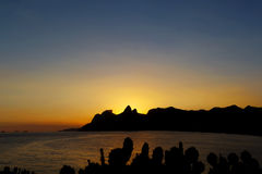 Hintergrundsonnenuntergang-Gebirgskaktus, Rio de Janeiro Lizenzfreie Stockfotos