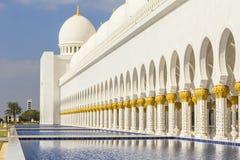 Hintergrundstadtbild der weißen Moschee in Abu Dhabi Stockfotos