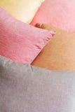 Hintergrundstapel farbige Kissen diagonal Stockbild