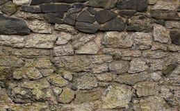 Hintergrundsteinwand-Kopfsteingrau verwitterte schwarzes Muster Stockfotografie