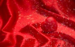 Hintergrundvalentinsgruß ` s Tageskarte auf rotem heiligem rotem Herzen Stockbilder