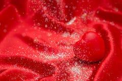 Hintergrundvalentinsgruß ` s Tageskarte auf rotem heiligem rotem Herzen Stockfoto
