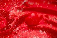 Hintergrundvalentinsgruß ` s Tageskarte auf rotem heiligem rotem Herzen Lizenzfreie Stockfotografie