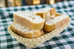 Hintergrundweidenkorb mit frischem Brot Stockfotos