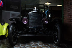 Hintergrundweinleseauto Adler Trumpf Fords T dunkler Auto brauner Retro- Cabrio-Limousinen-Dunkelheitsjuniorluxushintergrund lizenzfreies stockfoto