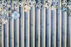 Hintergrundzusammensetzung auf Holz in den Schatten von hellblauem und von Blauem mit einer zusammenpassenden Trockenblumengestec stockfoto