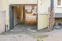 Hinterhof des alten schäbigen Gebäudes mit einem Tabellencafé am Bogendurchgang Hölzerner Zähler und Stühle Platz für das Rauchen Stockbilder