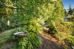 Hinterhof-Garten Gehweg zu oudoor Ruhezone Stockfotos
