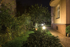Hinterhof-Garten-Pfad nachts stockbild