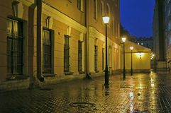 Hinterhof mit Straßenlaternen am Abend Lizenzfreie Stockfotografie