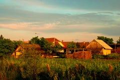 Hinterhof weg von einem alten Landwirtholzhaus lizenzfreies stockfoto