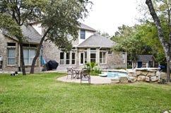 Hinterhofansicht des Hauses und des Pools Lizenzfreie Stockbilder