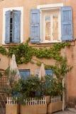 Hinterhofbereich im Reihenhaus in Frankreich Stockfotos