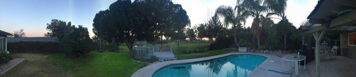 Hinterhofpanorama bei Sonnenuntergang stockfotos