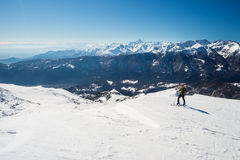 Hinterlandskifahren in der szenischen alpinen Einstellung Stockfotos