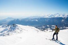 Hinterlandskifahren in der szenischen alpinen Einstellung Lizenzfreie Stockbilder