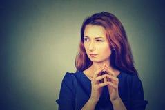 Hinterlistige, schlaue, entwerfende grafische Darstellung der jungen Frau etwas Stockfoto