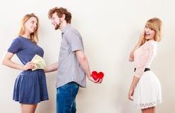 Hinterlistiger Mann mit zwei Frauen lizenzfreie stockfotografie