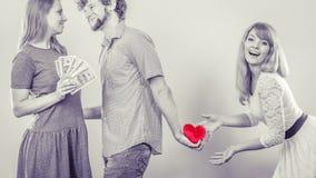 Hinterlistiger Mann mit zwei Frauen lizenzfreies stockfoto