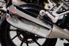 Hinterrad eines Chromstahl-Auspuffrohres des Motorrades einzelnen lizenzfreies stockfoto