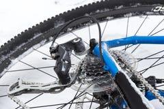 Hinterrad eines Fahrrades im Schnee Stockbild