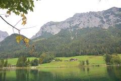 Hintersee в немецких горных вершинах стоковое фото