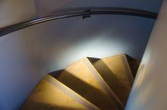 Hinunter das Treppenhaus Lizenzfreie Stockfotografie