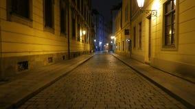 Hinunter die Pflasterstraßen nachts in Prag gehen, Tschechische Republik (Czechia) stock footage