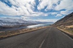 Hinunter die Straße drastischer Landschaft betrachten, Isolierung, Kollafjordur, Westfjords, Island Stockfoto