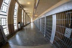 Hinuntergehen die Gefängnishalle stockbild