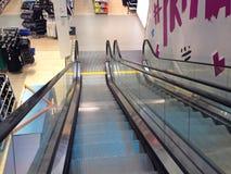 Hinuntergehen eine Rolltreppe Lizenzfreies Stockbild