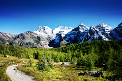 Hinweissymboldurchlauf in den felsigen Bergen Stockfoto