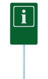 Hinweiszeichen im Grün, in der Buchstabeikone des Weiß I und im Rahmen, leerer leerer Kopienraumhintergrund, lokalisierter Straße Stockbilder