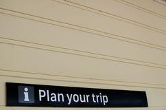 Hinweiszeichen ` Plan Ihr Reise ` auf der weißen Wand stockfotografie