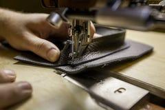 Hinzufügen des ledernen Taschen-Stückes unter Verwendung einer Handelsnähmaschine stockfotos