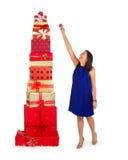 Hinzufügen eines Weihnachtsgeschenks dem Stapel Stockfoto