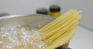 Hinzufügen von Spaghettis kochendem Wasser stock video
