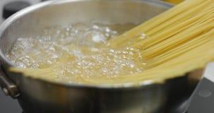 Hinzufügen von Spaghettis kochendem Wasser stock video footage
