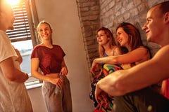 Hip Hop更加密集的人民获得乐趣在舞蹈在演播室 库存图片