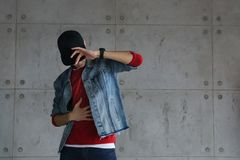 Hip-hop adolescente del baile del muchacho con la gorra de béisbol Imágenes de archivo libres de regalías