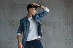 Hip-hop adolescente del baile del muchacho con la gorra de béisbol Fotografía de archivo