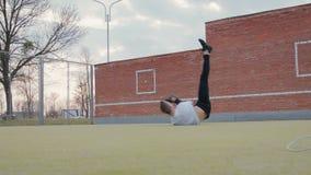 Hip-hop ballante alla moda del giovane sulla piattaforma della via video d archivio