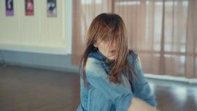 Hip-hop bonito joven del baile de la muchacha en estudio de la danza en 4K almacen de video