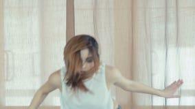 Hip-hop bonito joven del baile de la muchacha en estudio de la danza lentamente almacen de metraje de vídeo