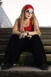 Hip-hop a dénommé la fille dans la pose rouge images stock