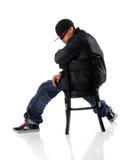Hip Hop, das auf Stuhl sitzt Lizenzfreie Stockfotografie