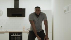 Hip-hop de baile serio del hombre negro en la cocina Bailarín joven que calienta en casa metrajes