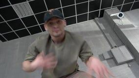 Hip-hop de danse d'homme et regarder la caméra clips vidéos