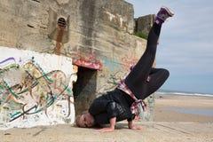 Hip-hop del baile del adolescente y salto en el océano Foto de archivo libre de regalías
